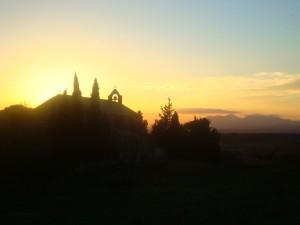 eselwandern bei sonnenuntergang in spanien